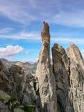 Zwei Kletterer, die auf einer scharfen Felsennadel in Val Bregaglia sitzen Lizenzfreie Stockbilder