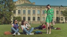 Zwei kluge Fraustudenten, die dummes einsch?chtern stock footage