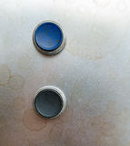 Zwei Knöpfe auf Metall Stockfotografie
