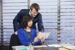 Zwei Kollegen, die zusammenarbeiten Lizenzfreie Stockbilder