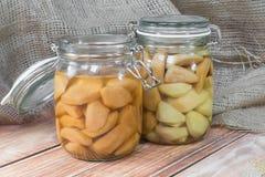 Zwei konservierten Birnen-Kompott im Glasgefäß auf Holztisch stockfotos