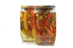 Zwei konservierten in Essig eingelegte Paprika-Pfeffer in den Glasgefäßen auf Weiß-Rückseite stockfoto