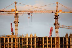 Zwei Kräne auf Gebäudegebäude lizenzfreie stockfotos