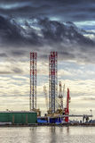 Zwei Kräne in der Werft Stockfotografie
