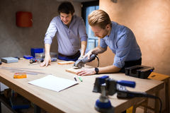 Zwei kreative Designer, die in der Werkstatt arbeiten stockbilder