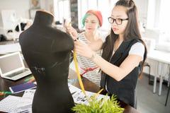 Zwei kreative junge Frauen in der Werkstatt Stockfotos