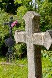 Zwei Kreuze auf einer Wiese Stockbild