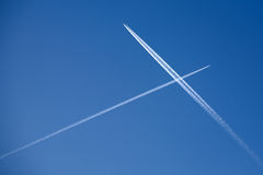 Zwei kreuzenflugzeugspuren Stockfoto