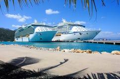 Zwei Kreuzfahrtschiffe in den Karibischen Meeren Lizenzfreie Stockfotos