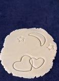 Zwei kreuzten Herzen auf rundem Teig mit Mond und Sternen Stockbild