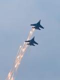 Zwei KriegsDüsenflugzeuge im Himmel Lizenzfreie Stockfotografie