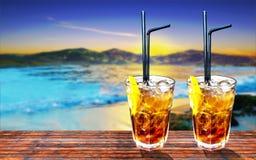 Zwei Kuba libre exotisches geschmackvolles Cocktail mit schöner Gebirgssonne Stockbild