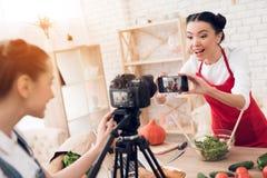 Zwei kulinarische Bloggers, die selfie mit einem Mädchen hinter Kamera nehmen Stockfoto