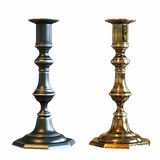 Zwei kupferne Kerzenständer lokalisiert auf weißem Hintergrund Stockfotos