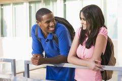 Zwei Kursteilnehmer auf Universitätsgelände Lizenzfreie Stockbilder