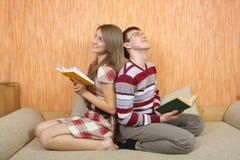 Zwei Kursteilnehmer mit Büchern zu Hause Stockfoto