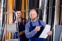 Zwei lächelnde Arbeiter an der Fabrik Stockbilder