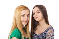 Zwei lächelnde attraktive Jugendlichen - blond und Brunette Stockbild