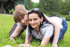 Zwei lächelnde Freundinnen Lizenzfreies Stockbild