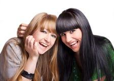 Zwei lächelnde Freundinnen Lizenzfreies Stockfoto