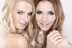Zwei lächelnde Freundinnen - blond und Brunette Stockfotografie