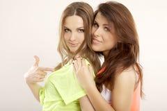 Zwei lächelnde Freundinnen - blond und Brunette Stockbild
