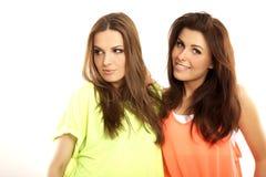 Zwei lächelnde Freundinnen - blond und Brunette Lizenzfreie Stockbilder