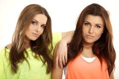 Zwei lächelnde Freundinnen - blond und Brunette Stockfotos
