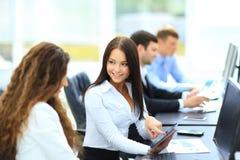 Zwei lächelnde Geschäftsfrauen Lizenzfreie Stockbilder