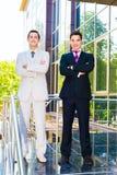 Zwei lächelnde Geschäftsmänner Stockfotografie