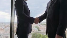 Zwei lächelnde Geschäftsmänner, die Hände rütteln stock video footage