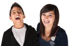 Zwei lächelnde Geschwister lizenzfreies stockbild