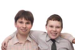 Zwei lächelnde Jungen Stockfotos