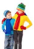 Zwei lächelnde Kinder in der Winterkleidung Stockfotos
