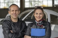 Zwei lächelnde Piloten am Flughafen lizenzfreie stockbilder