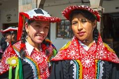 Zwei lächelnde Quechua einheimische Frauen, Cusco, Peru lizenzfreies stockfoto