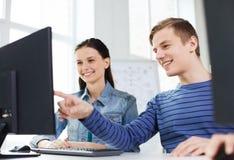 Zwei lächelnde Studenten, die Diskussion haben Stockbilder
