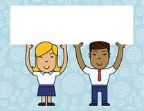Zwei lächelnder Leute-Mann und weibliche haltene große Plakat-Brett-Unkosten des freien Raumes mit beiden Händen Kreativer Hinter stock abbildung