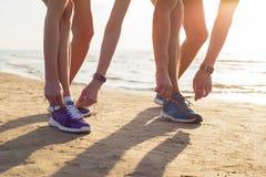 Zwei Läufer, die ihre Laufschuhe binden stockfoto