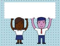 Zwei l?chelnder Leute-Mann und weibliche haltene gro?e Plakat-Brett-Unkosten des freien Raumes mit beiden H?nden Kreativer Hinter lizenzfreie abbildung