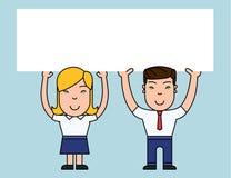 Zwei l?chelnder Leute-Mann und weibliche haltene gro?e Plakat-Brett-Unkosten des freien Raumes mit beiden H?nden Kreativer Hinter stock abbildung