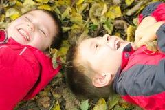 Zwei lachende Jungen Stockbilder