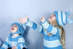 Zwei lachende Mädchen im Schnee Stockfotografie