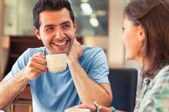 Zwei lachende Studenten, die einen Tasse Kaffee haben Lizenzfreie Stockbilder