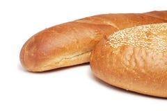 Zwei Laibe Brot getrennt über Weiß Lizenzfreies Stockfoto
