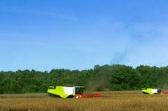 Zwei landwirtschaftliche Maschinen funktionieren auf dem Gebiet, Erntemaschinen des Kornes funktionieren auf dem Gebiet, Ackerlan Lizenzfreies Stockfoto