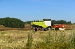 Zwei landwirtschaftliche Maschinen funktionieren auf dem Gebiet, Erntemaschinen des Kornes funktionieren auf dem Gebiet, Ackerlan Lizenzfreie Stockfotos