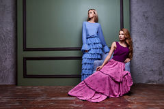Zwei langes Kleid schöner sexy blonder Yang Abnutzung Frauendame hübscher stockbild