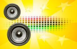 Zwei Lautsprecher auf gelbem Hintergrund Stockfotos