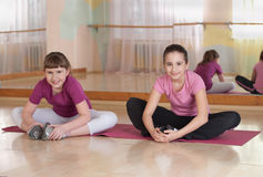 Zwei lächelnde Mädchen teilgenommen an körperlichem Training. Stockbild